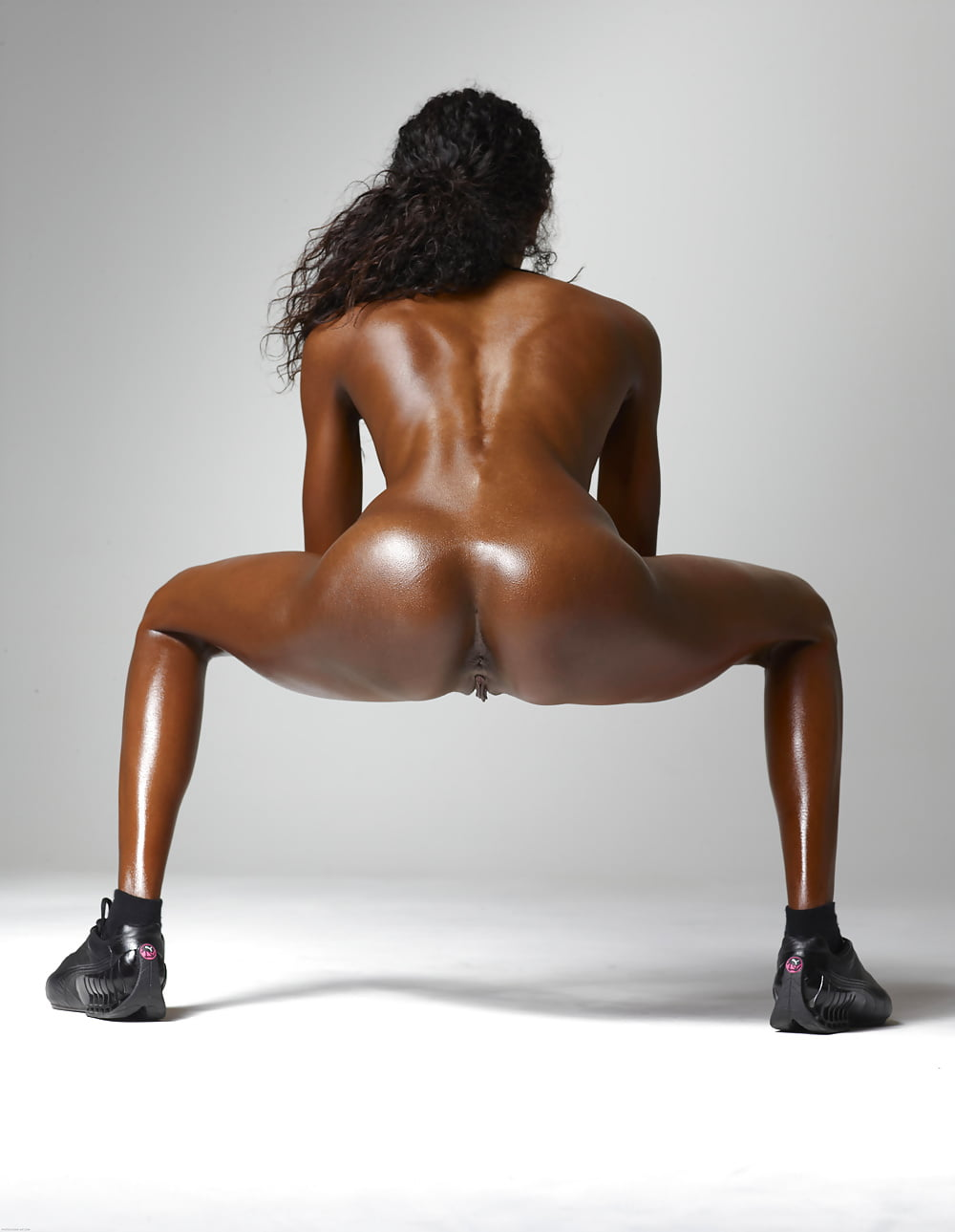 Girl squats down butt naked — pic 4