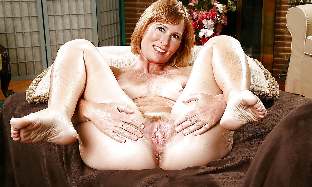 Old naked women with spread legs — photo 7