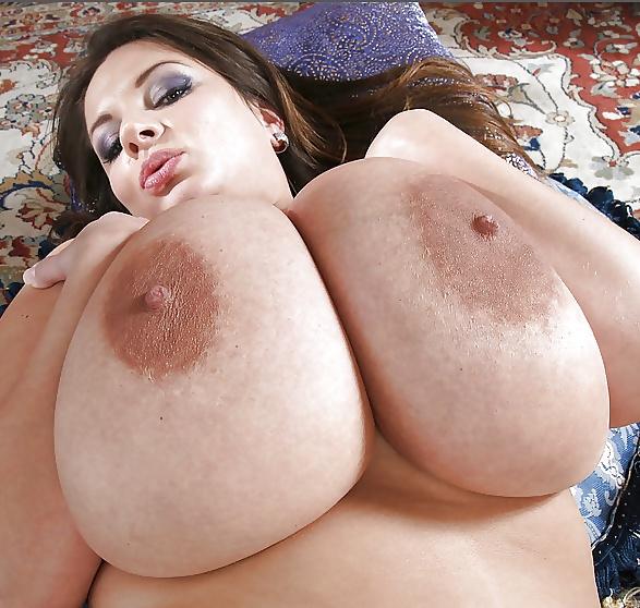 Видео показала огромную грудь