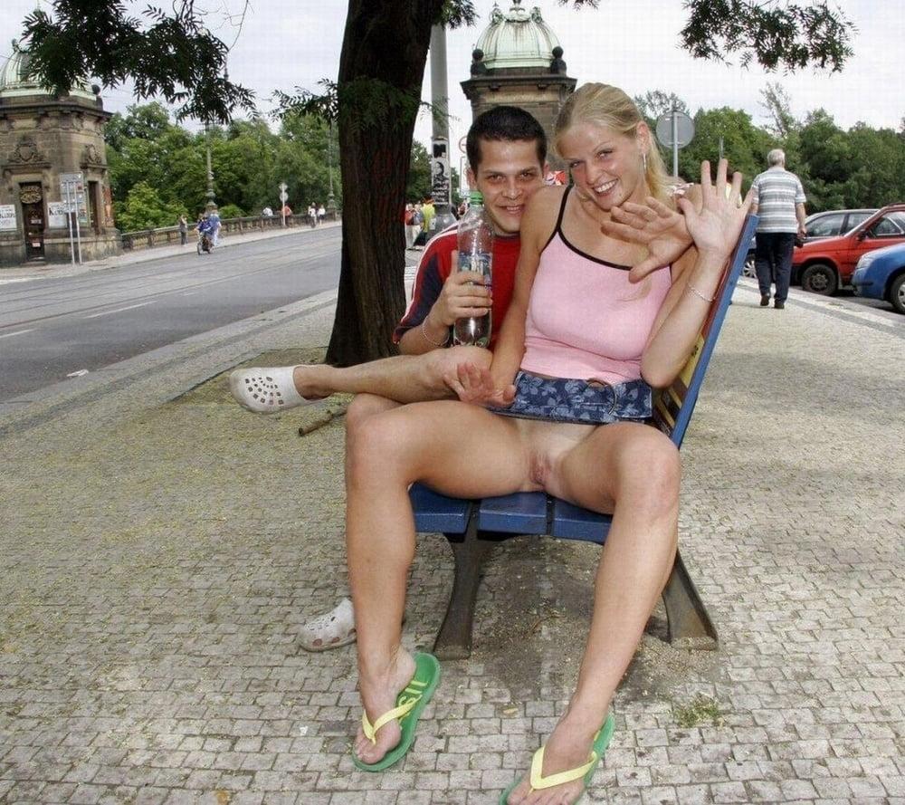 Девушки без трусов в общественных местах