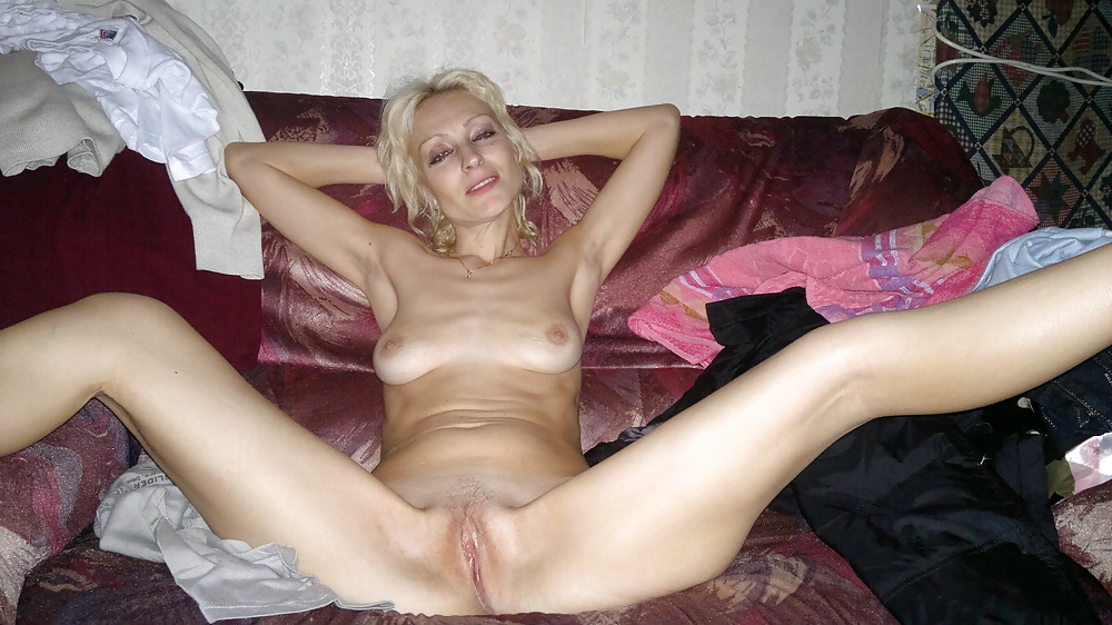 lichnoe-porno-zrelih-iz-sotssetey-devushki-odni-doma-masturbiruet