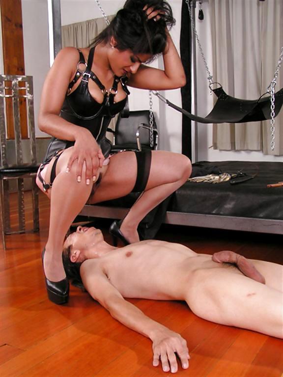 Девушки доминируют над парнем фистинг страпон, порно в ярко красном