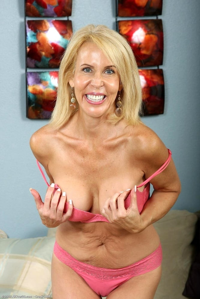 Sexy mature woman erica lauren gets her pussy pumped