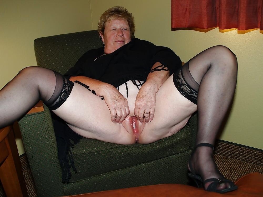 Показать пизду толстой бабы в чулках, порно брюнетка лестнице