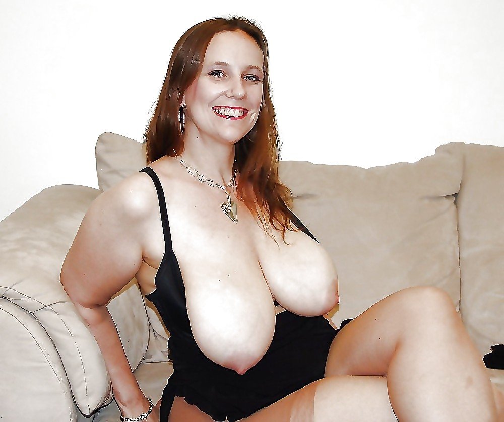 Ugly mature amateur shows her saggy breasts for the camera