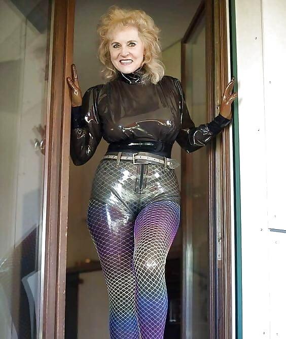 фото зрелые женщины в латексе нежно