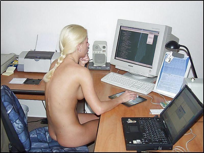 Порно фото у компьютера #1