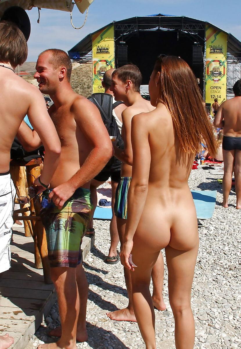 голая девушка на общественном пляже первый признак