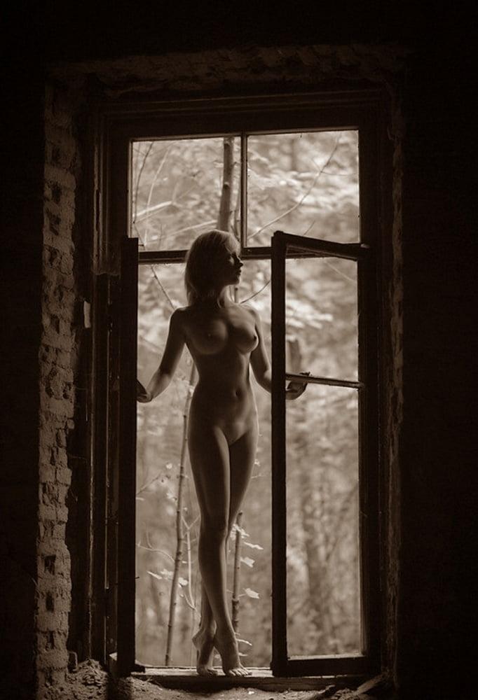 девушка в окне эротика так трахались