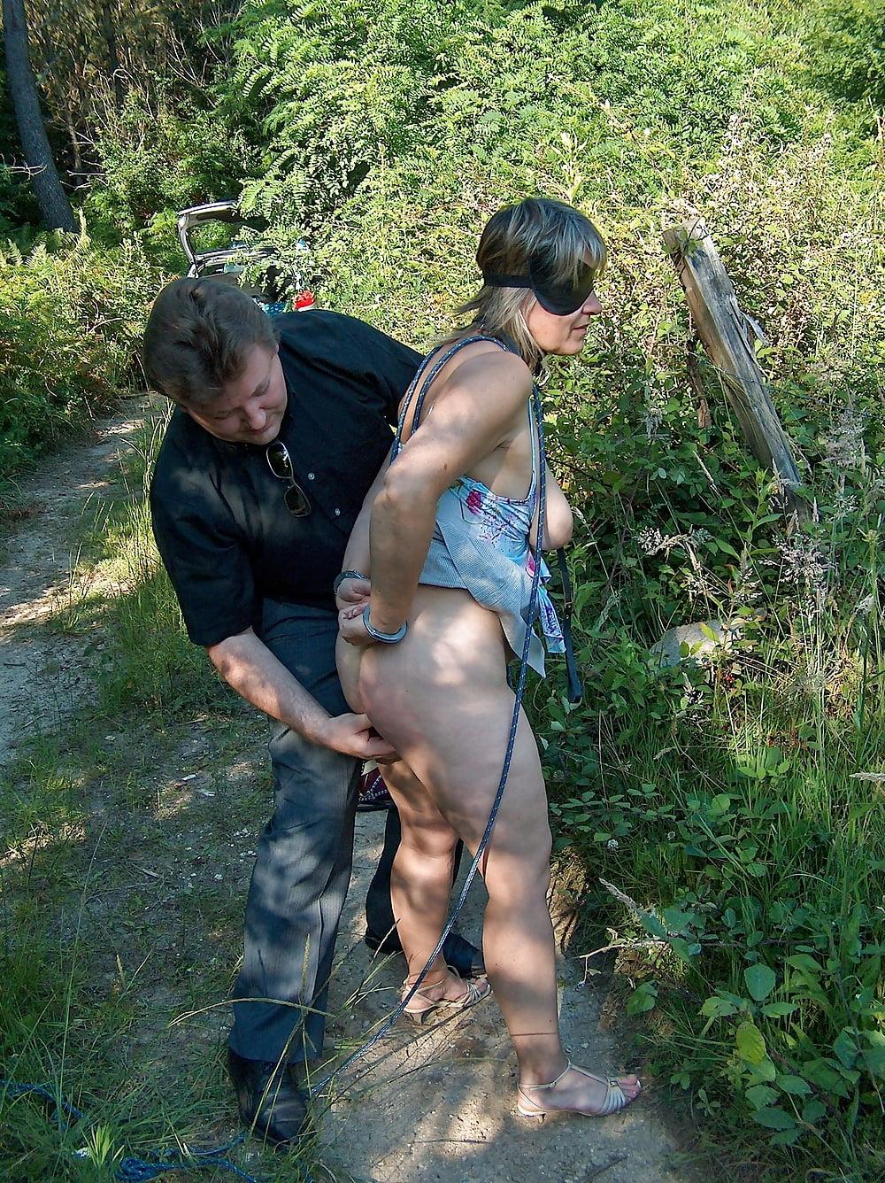 Rallige Freundin mit Daumen im Arsch durch gefickt