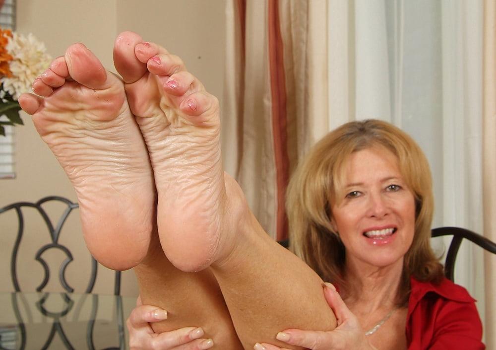 лизать старушке пальцы ног ядовито улыбался