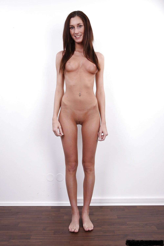 Плоская девушка на порнокастинге облизывает сперму симпатичные