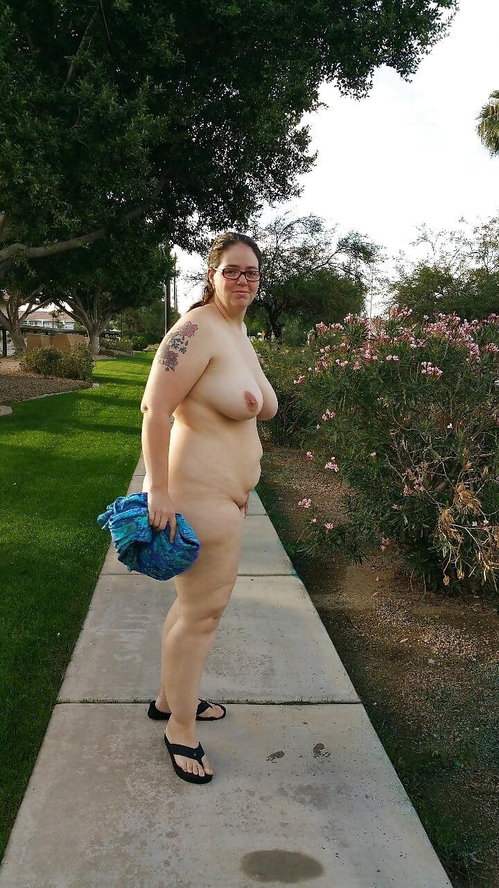 Голые толстушки на улице горячее