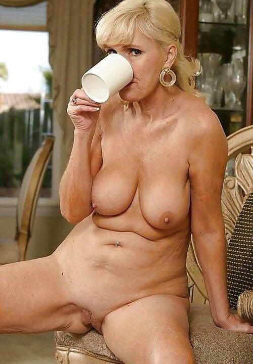 Nackt Kaffee Trinken