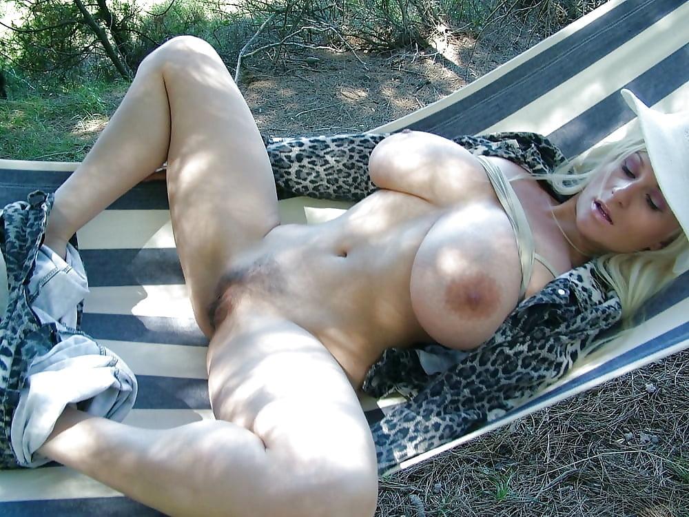 Молодая дама на качели с большими сиськами и волосатые киски