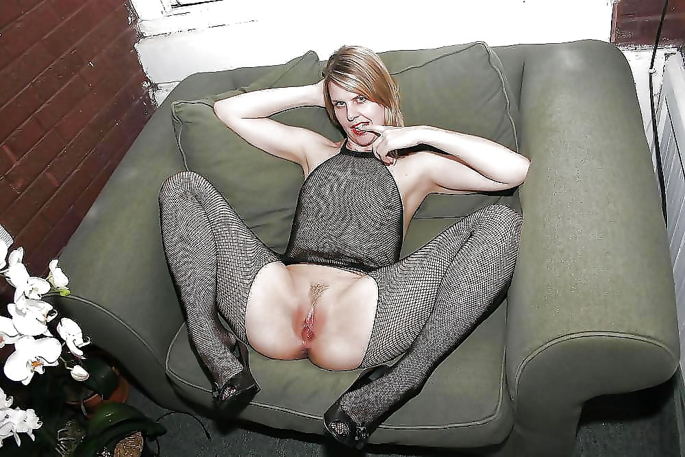 Красивая зрелая женщина сидит с раздвинутыми ногами