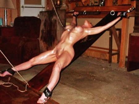 Sklavin nackt gefesselt