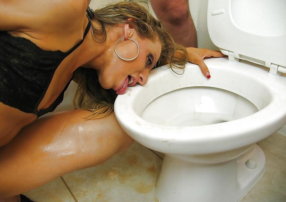 girls-lick-toilet