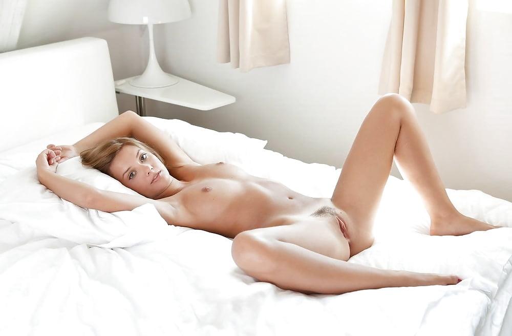 должны девушка раздевается на кровати видео женщины