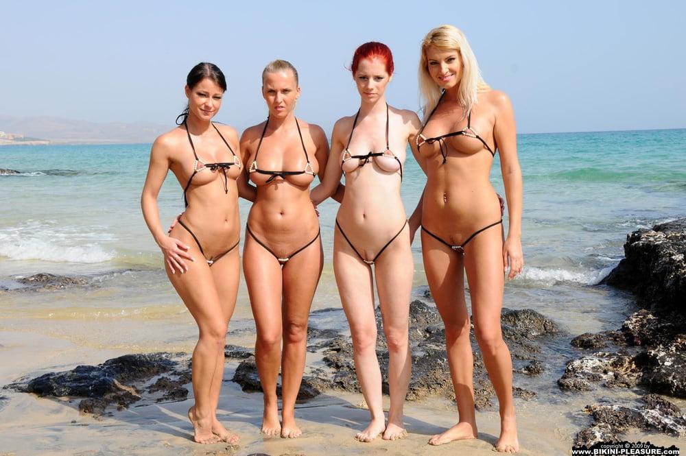 Девушки на пляжах в эротических купальниках