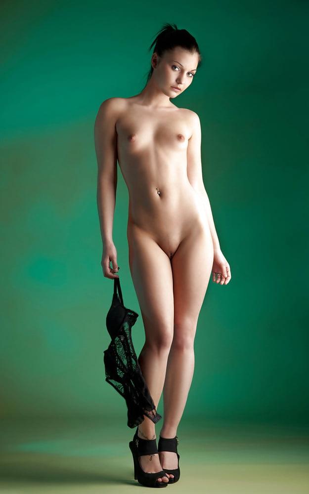Обкончали голые женщины в рост брюнеток ебут парня