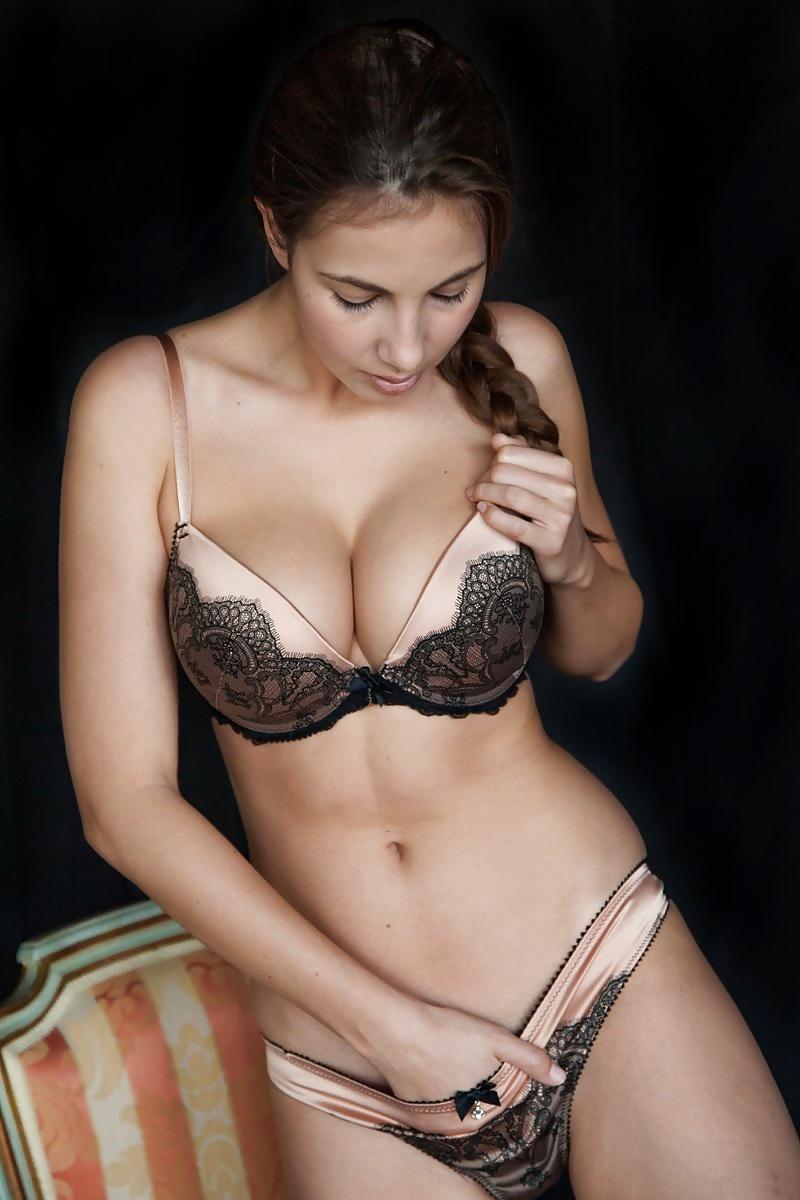 ozabochennie-zhenshini-eroticheski-snimaet-lifchik-russkoe-pozhiloy-blondinkoy