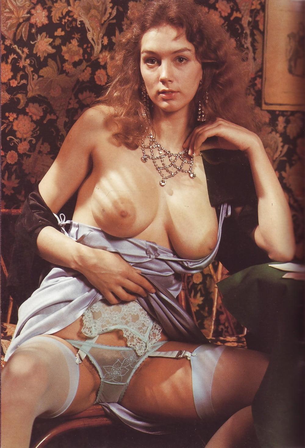 Халат с чулочками эротический фото