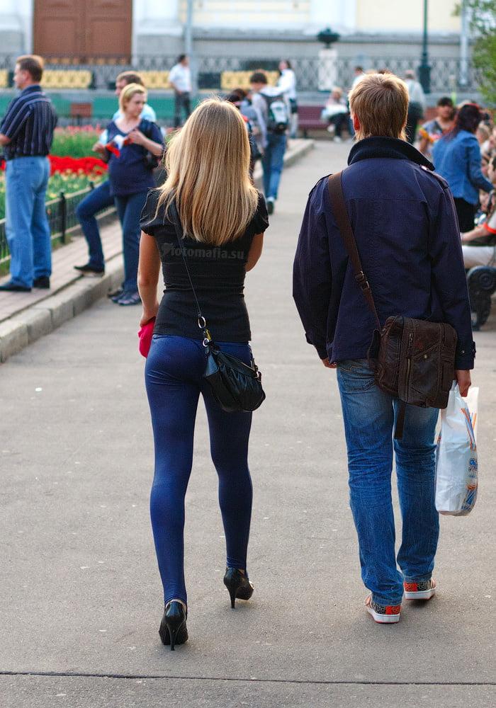 видео поп в джинсах на улице - 1