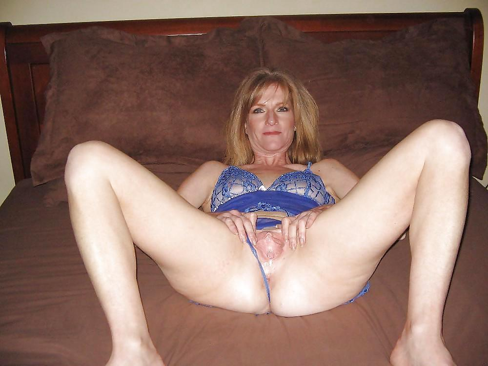Amateur Wife Showing Pussy