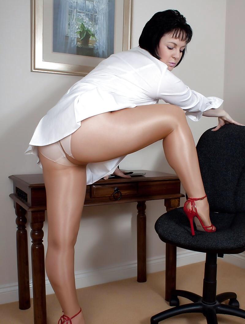 sexy-mature-tease-legs-skirts