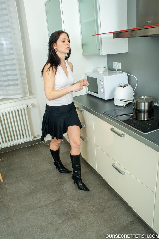 Michelle Pee in the Kitchen - 32 Pics