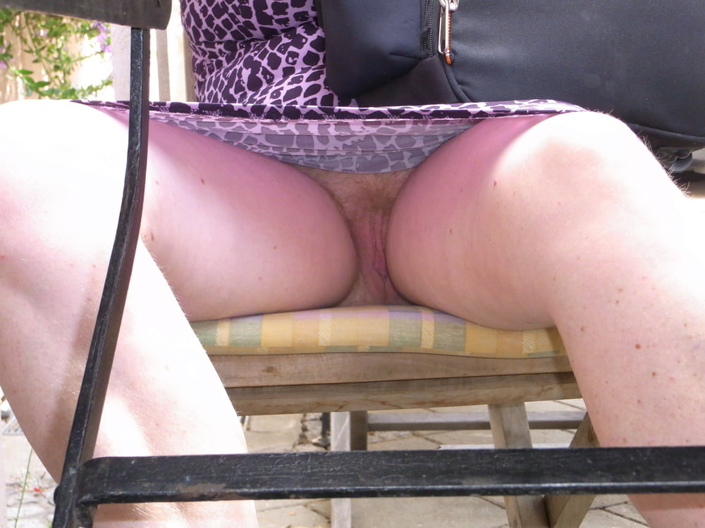 Upskirt at cafe on the gardalake — pic 13