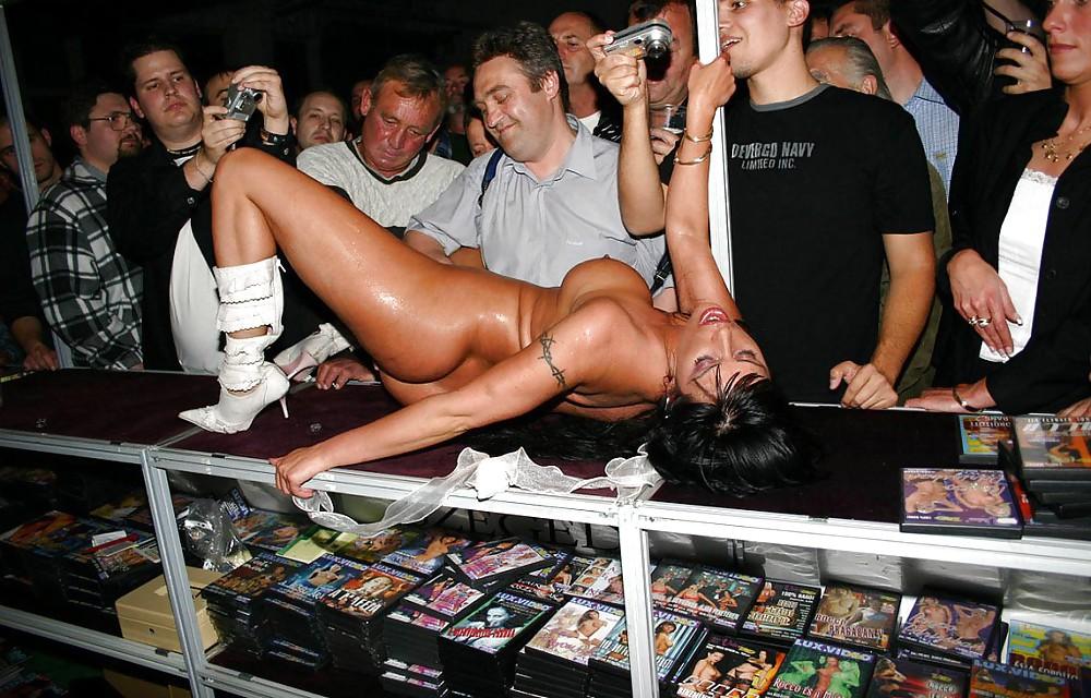 Секс шоу на улице видео