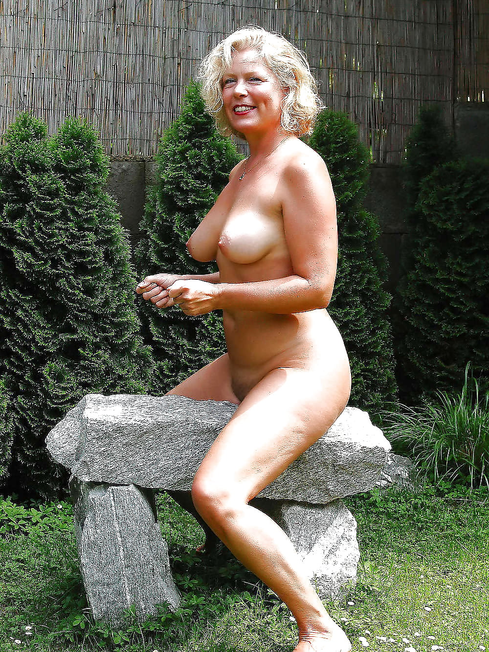 boobs-naked-mom-in-the-garden-amateur-vagina-amber