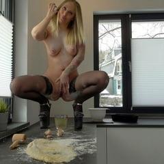 Lara CumKitten Mein Erster Goldener Piss Kuchen