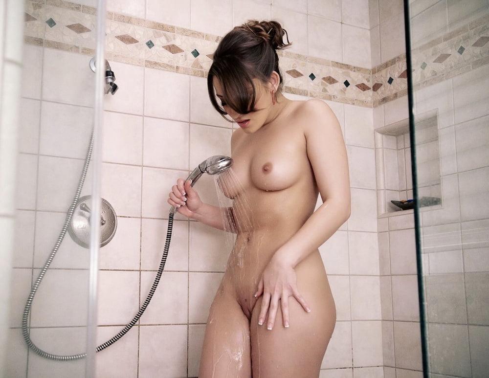 девчонки голыми купаются в душевой специальные
