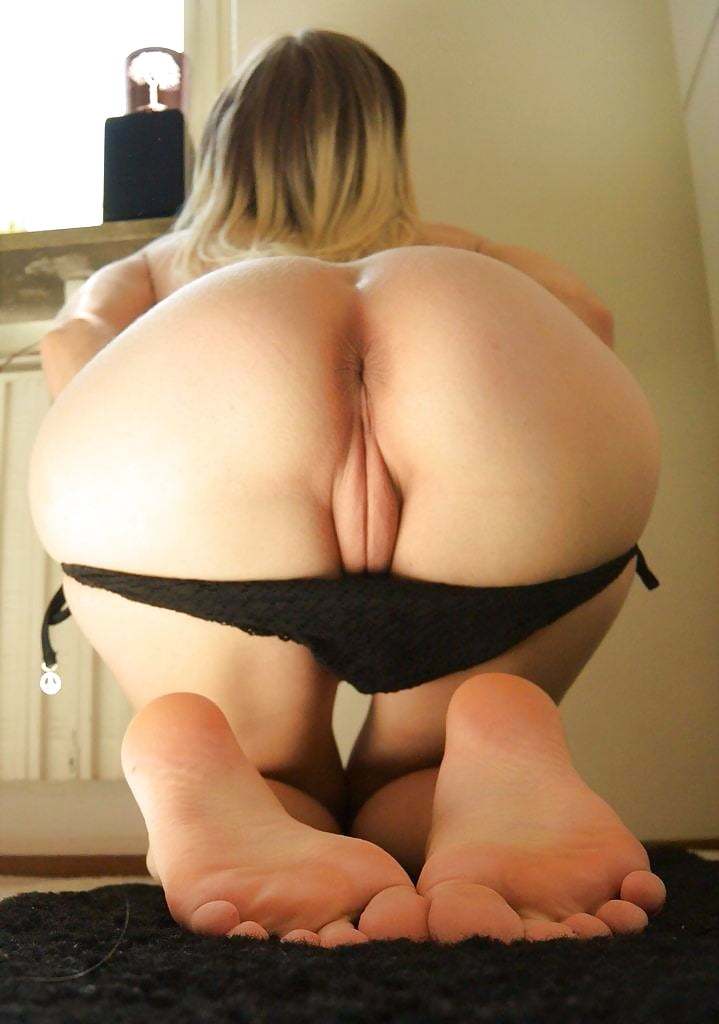 girl-squats-down-butt-naked