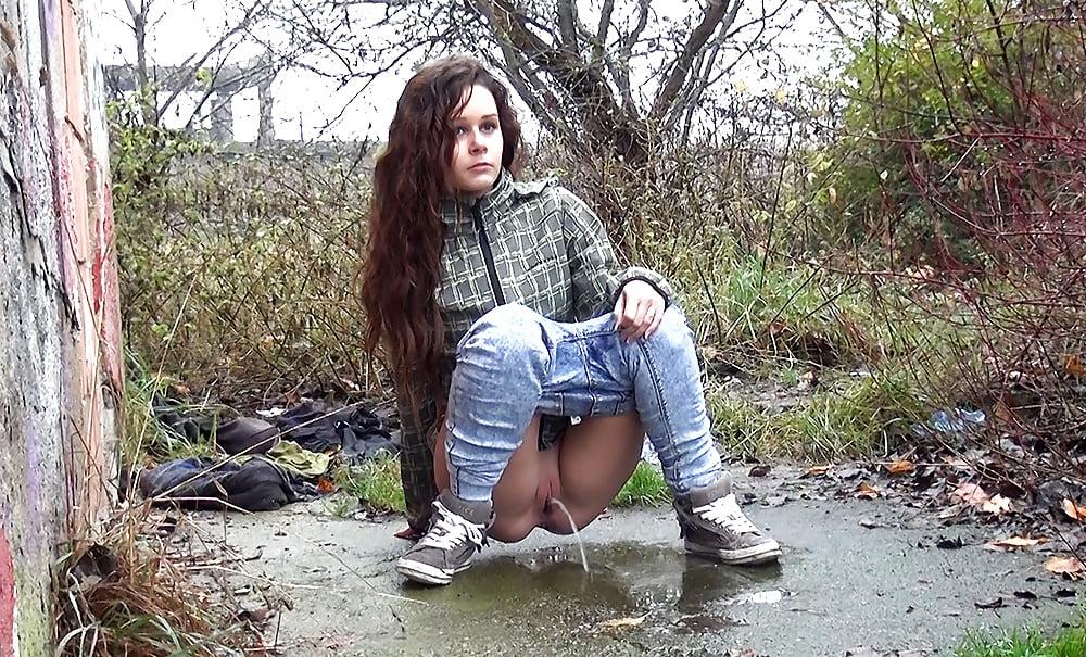 разделся девушки писают в штаны русские видео быстро приблизился изголовью