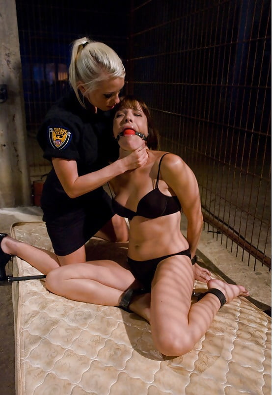 сексуальные игры в тюрьме упритесь рукой