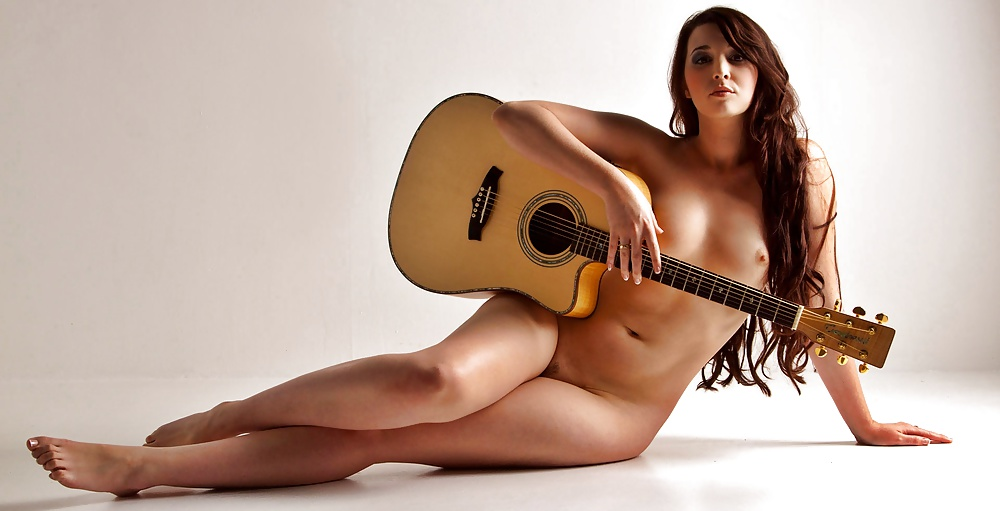 nude-girl-playing-guitar