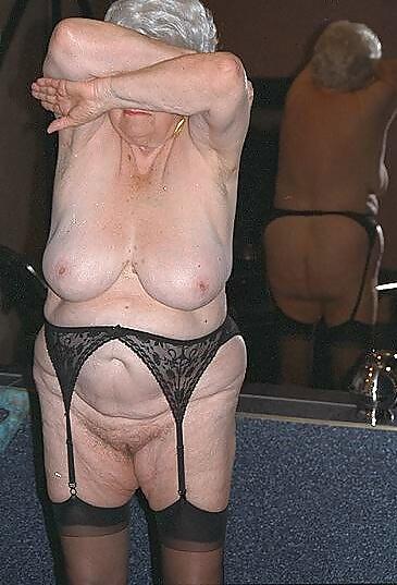 lizhut-striptiz-tolstih-starushek-porno