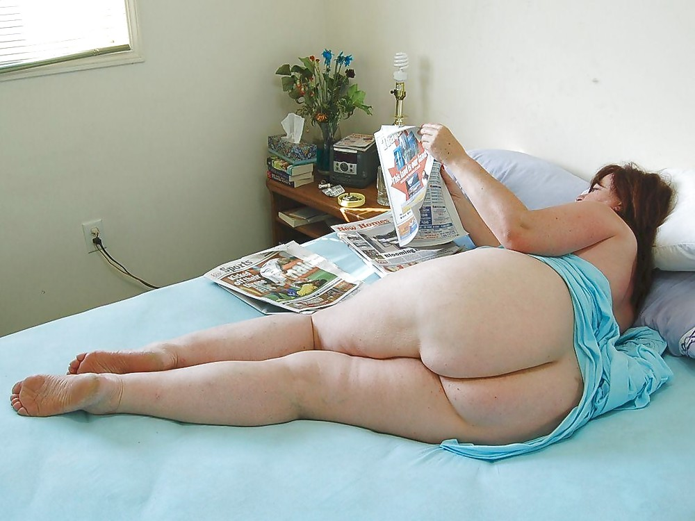 Fat girl waiting naked on bed pictures