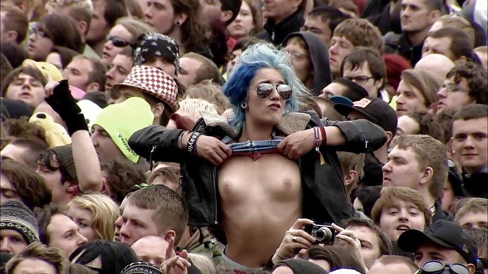 girls-at-concert-naked