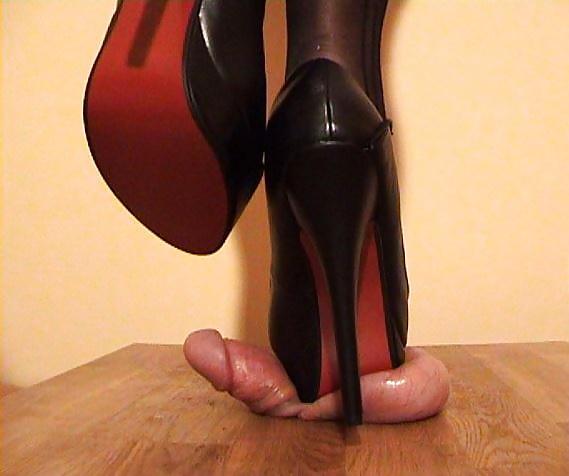 Малиновская встала каблуком на хуй фото порно