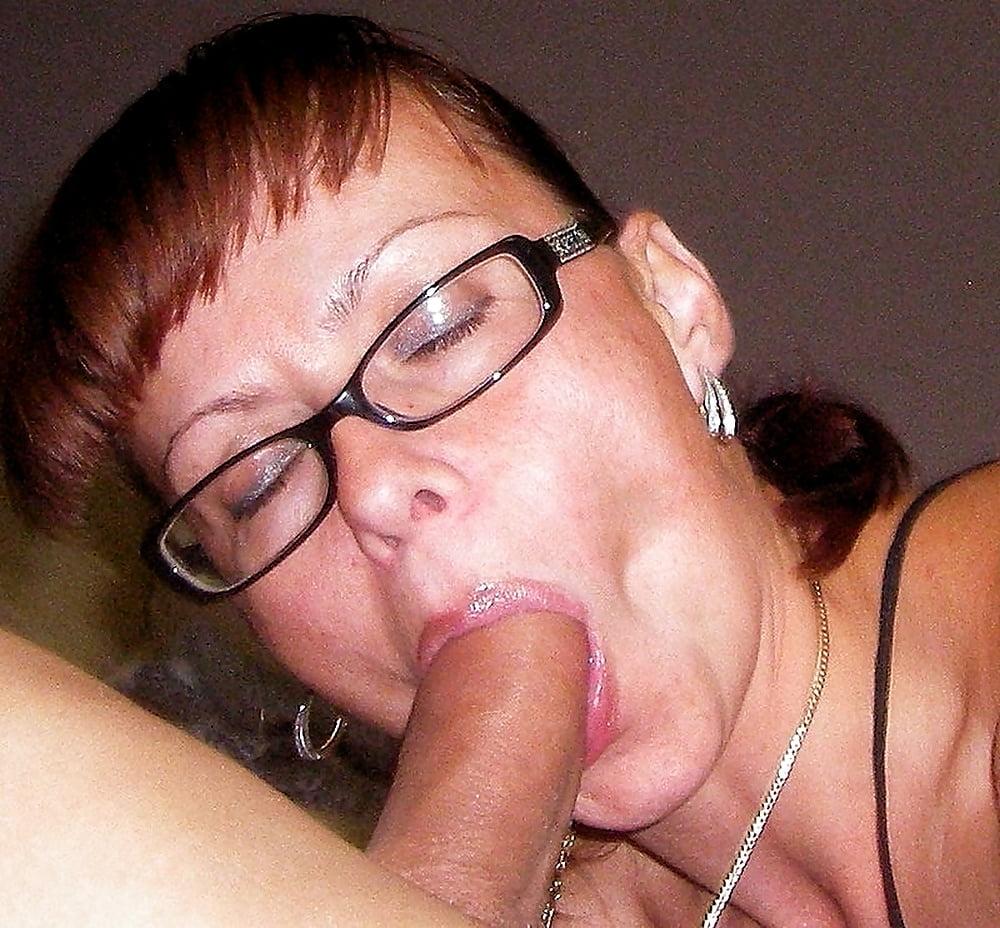 Трусах зрелая тетка в очках сосет молодому молодых стриптизерш
