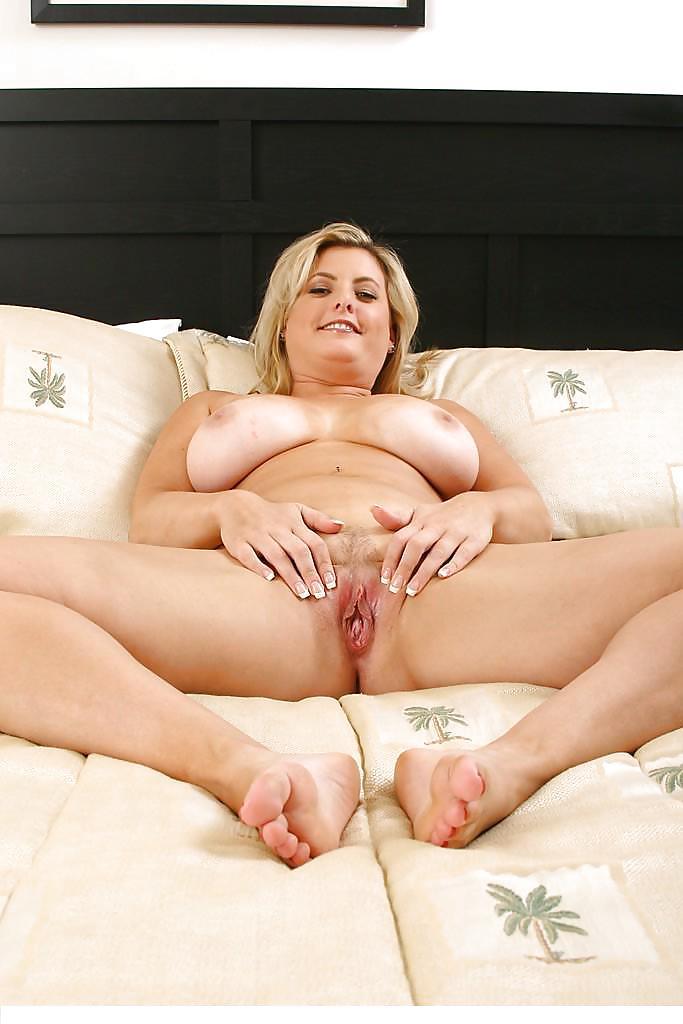 Спермой только девушка с толстой пиздой и большими сиськами удовлетворяет себя удержался онлайн смотреть