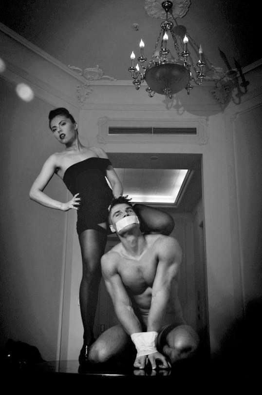 porno-horoshee-dominirovanie-erotika-foto-zabroshennom-dome-molodezhi
