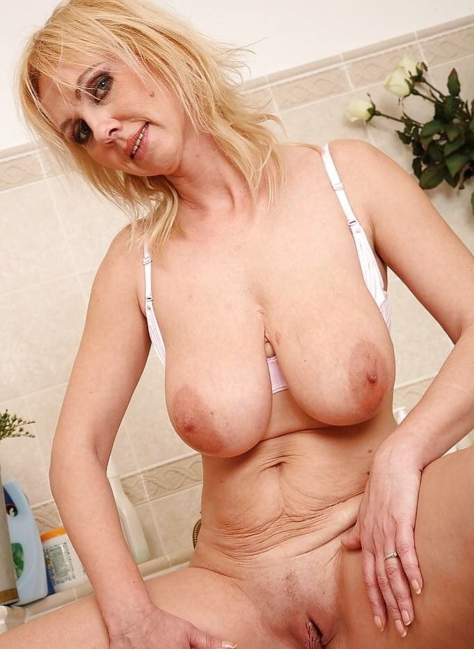 hot-old-mom-naked-with-big-boobs-negro