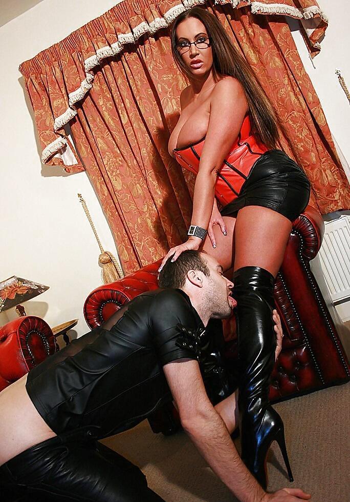 Дрочит секс госпожа сапогах и ее раб на поводке