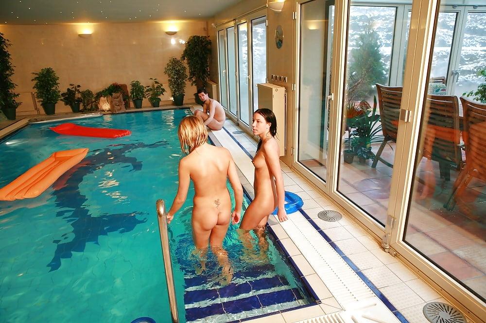 Im Schwimmbad Nackt